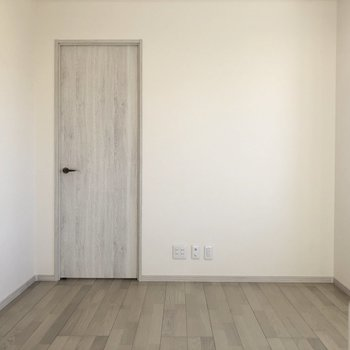 【LDK】グレーっぽい木目調の床とドアがお洒落れに感じます。