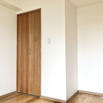 【洋室】収納はお部屋入って右奥に。
