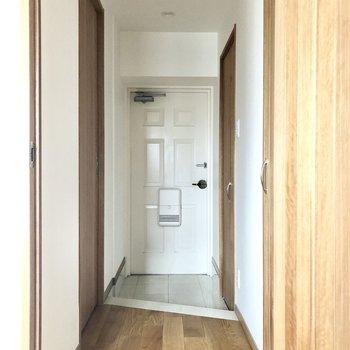 玄関は靴の脱ぎ履きをしやすい広さがあります。※写真は通電前のものです