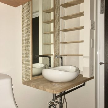 洗面台はデザインが素敵。歯ブラシや化粧水などちゃんと置けそうですね。※写真は通電前のものです