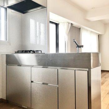 【LDK】シルバーでスタイリッシュなデザインのキッチンです。