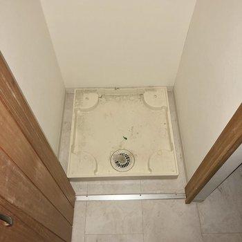 洗面台正面の戸を開けると洗濯機置き場がありました。※写真は通電前のものです