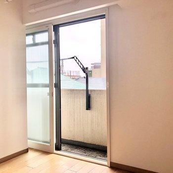 【洋室】窓は2重になっているので冬の寒さを軽減してくれます。