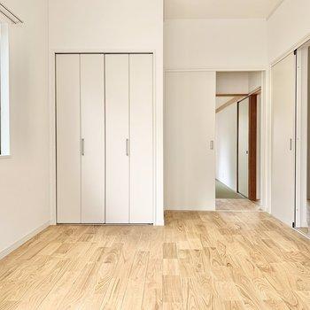 【1階洋室】玄関西側にも無垢床の洋室がありますよ〜!