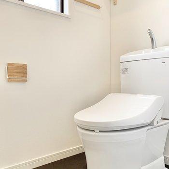 【トイレ】ペーパーホルダーも木製で素敵!