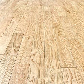 【床材】重厚感のある、節目の少ないヤマグリ材。