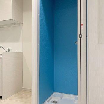 洗濯機置場はキッチンの横、玄関開けて真正面のところに。こちらもかわいい色です。
