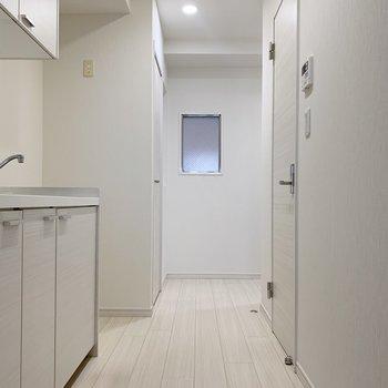 廊下部分も白で統一。