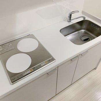 キッチンはお掃除楽ちんなIH。作業スペースもしっかりと。冷蔵庫は奥に置けますよ。