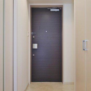 ゆったりした玄関スペース※写真は同タイプの別室。