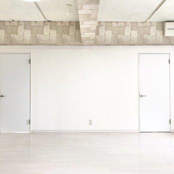 2つの扉の左側、キッチンから見ていきましょう〜。
