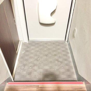 玄関はスタメンの靴だけを並べて置きましょうか。(※写真は清掃前のものです)