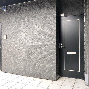 扉はシックな黒で高級感でてます◯