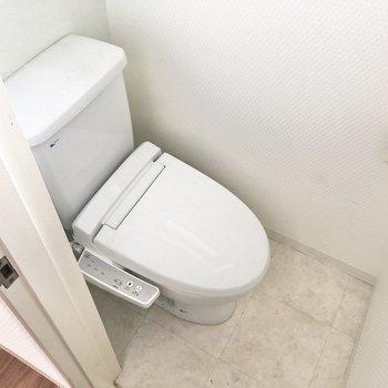 こじんまりとしたトイレにはウォシュレット機能付き!