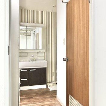 洋室の右側の扉を開けると、トイレのウッド調がまた可愛いなって。