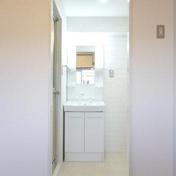 キッチンの対面には脱衣所。正面に洗面台があります。