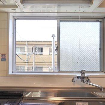 窓があるので換気もできて、周りの景色を見ながら料理も。