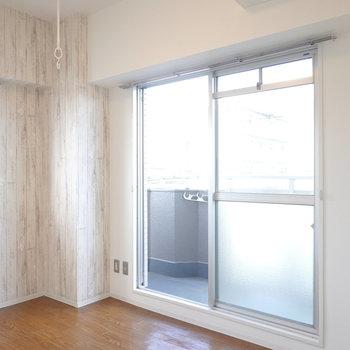 角部屋なので二面採光。窓の前には室内物干し竿付き。