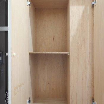 上部は棚で半分に仕切られたゆったりサイズ。