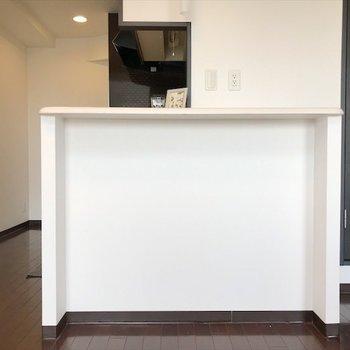 カウンター下に棚を置いて、 食器棚にしよう◎