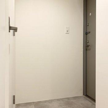 玄関です。鍵はダブルロックで安心です。※写真は前回募集時のものです