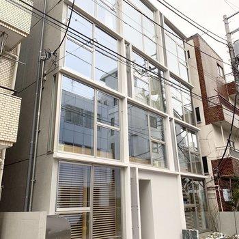 ガラス張りの建物で周りと一味違う雰囲気。