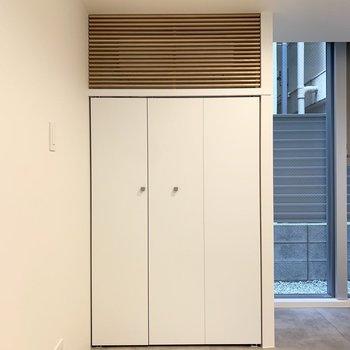 エアコンは窓の扉と統一感のある目隠しが付いています。粋だなぁ。※写真は前回募集時のものです