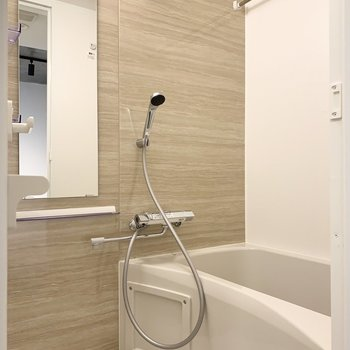 浴室乾燥機付きのバスルームです。木目調の壁が爽やかです。※写真は前回募集時のものです