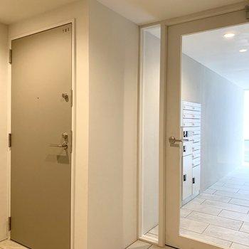 共用玄関です。エントランス扉の隣のお部屋です。