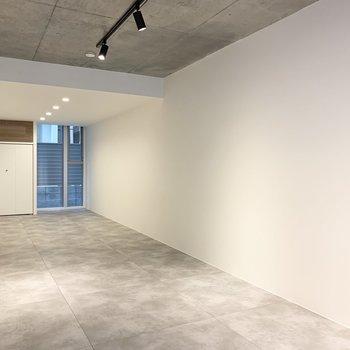 打ちっ放しコンクリートの天井にはライティングレールが付いています。※写真は前回募集時のものです