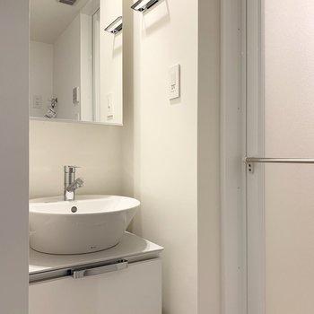 洗面脱衣所です。鏡面は収納なのですっきりと使えそう。※写真は前回募集時のものです