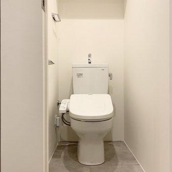 温水洗浄便座付きのトイレです。フラットな床なので掃除も楽々です。※写真は前回募集時のものです