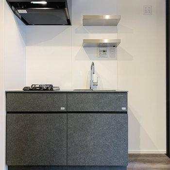 スタイリッシュなキッチン。右側に冷蔵庫置き場。※写真は前回募集時のものです