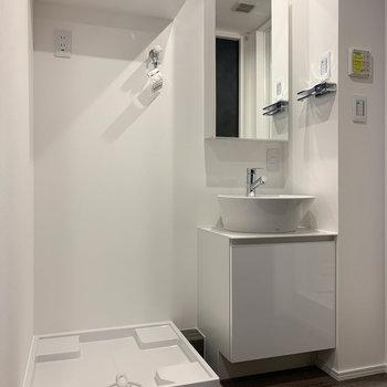 洗濯機置き場の上にも、ちょっとした棚。※写真は前回募集時のものです