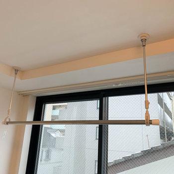 窓近くに部屋干しの物干しが付いています。※写真は前回募集時のものです