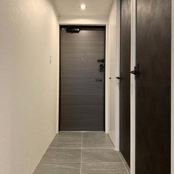 廊下へ。玄関までフラットな作り。