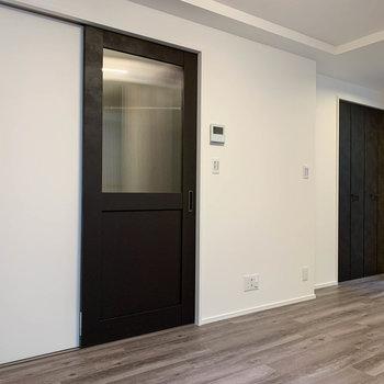 【LDK】窓の近くにクローゼット。左の扉は廊下へ。