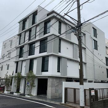 新築の5階建てマンション。