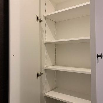 シューズラックは間隔の広い棚になっています。