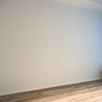 【洋室】ベッドは壁沿いにかな。
