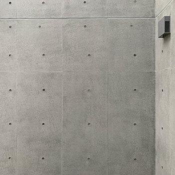 洋室からの眺望は、敷地内の吹き抜けと壁です。