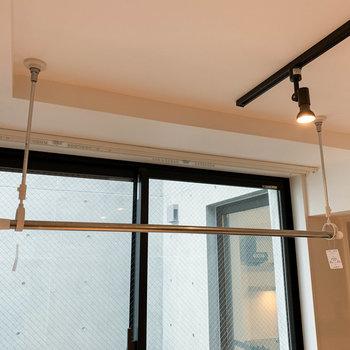 【洋室】窓近くに部屋干しの物干しが付いています。