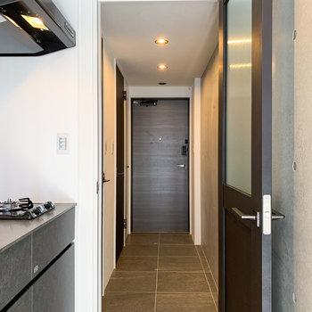 玄関扉から居室入口までタイルは続きます。※写真は前回募集時のものです