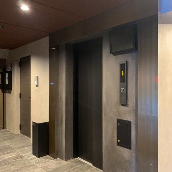 3階へはこちらのエレベーターで。安心の防犯カメラ付きです。