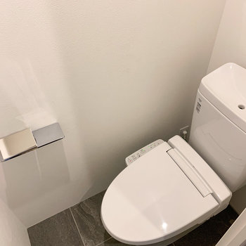 トイレは温水洗浄機付き。上部棚もありますよ。※写真は前回募集時のものです
