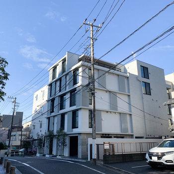 こちらのシックな外観の建物、3階のお部屋です。
