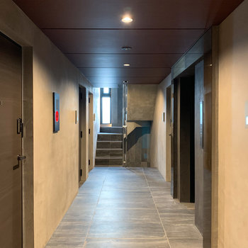 ダウンライトが照らすお部屋の前の共用部。