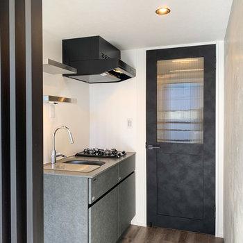 さて、お次はキッチンへ。(お部屋の扉、かわいい.......。)※写真は前回募集時のものです