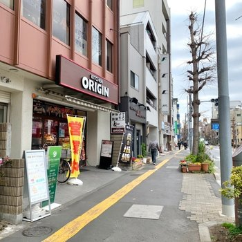 周辺はお弁当屋さんやカフェなど飲食店が多く感じました。