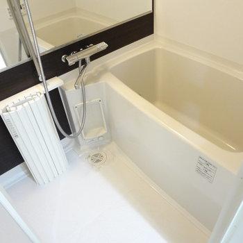 大きな鏡が印象的!追い焚き、浴室乾燥機付き(※写真は10階の同間取り別部屋のものです)